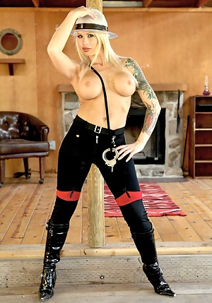 Hot Inked MILF Porn Pictures
