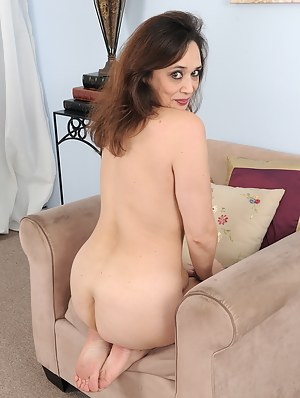 Hot MILF on Knees Porn Pictures