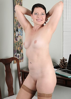 Hot Short Hair MILF Porn Pictures