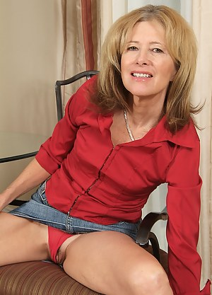 Hot MILF Upskirt Porn Pictures