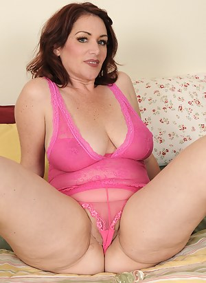 Hot MILF Cameltoe Porn Pictures